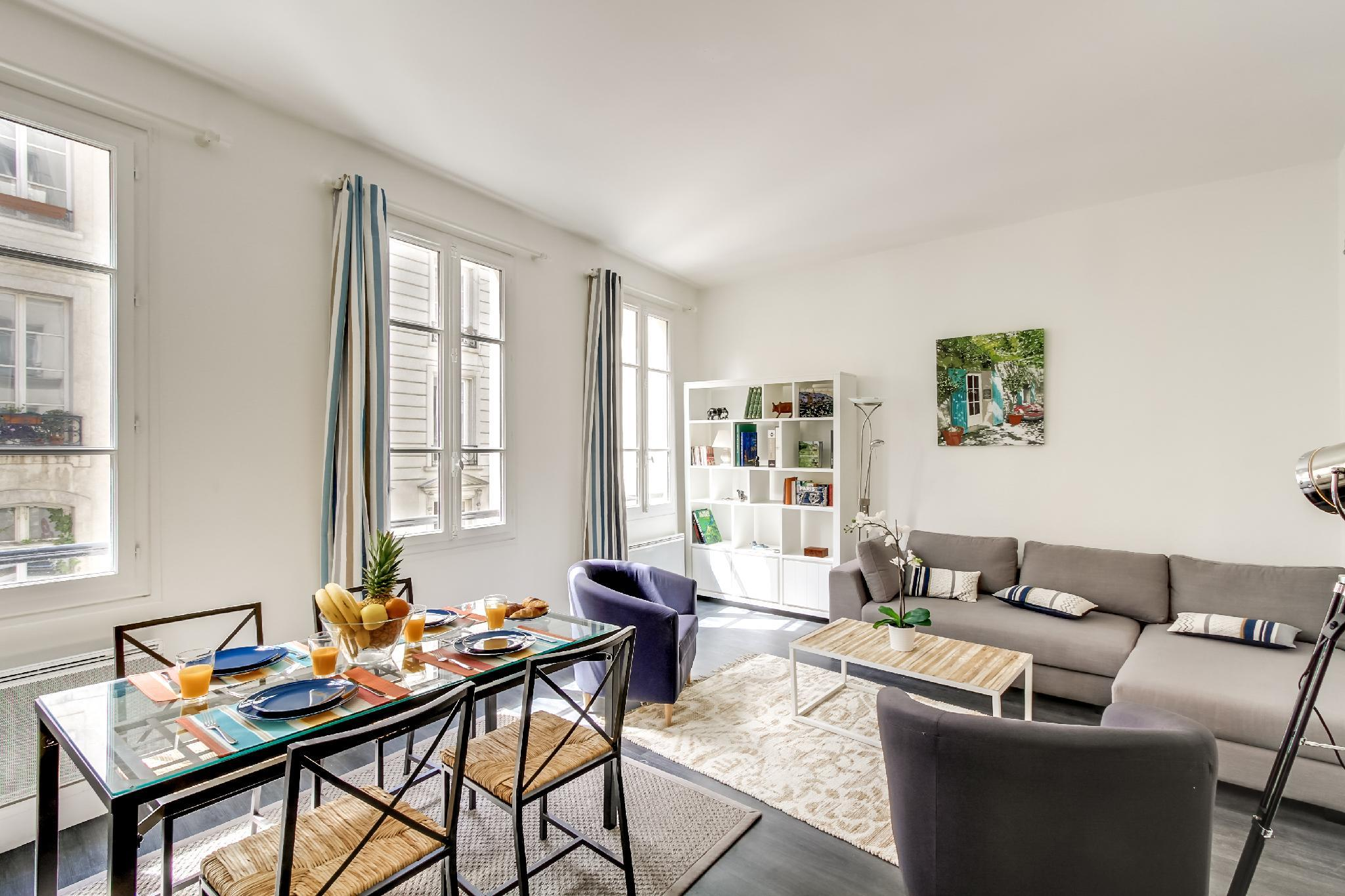 2BR STEPS FROM THE LOUVRE- THE HEART OF PARIS