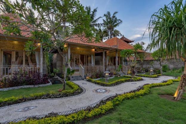 Helly's Secret Garden Cottage