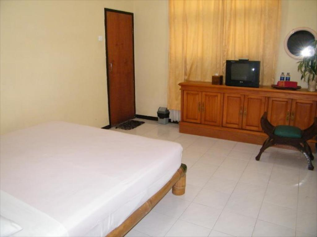 A Double Bedroom Walking Distance To Museum Angkut