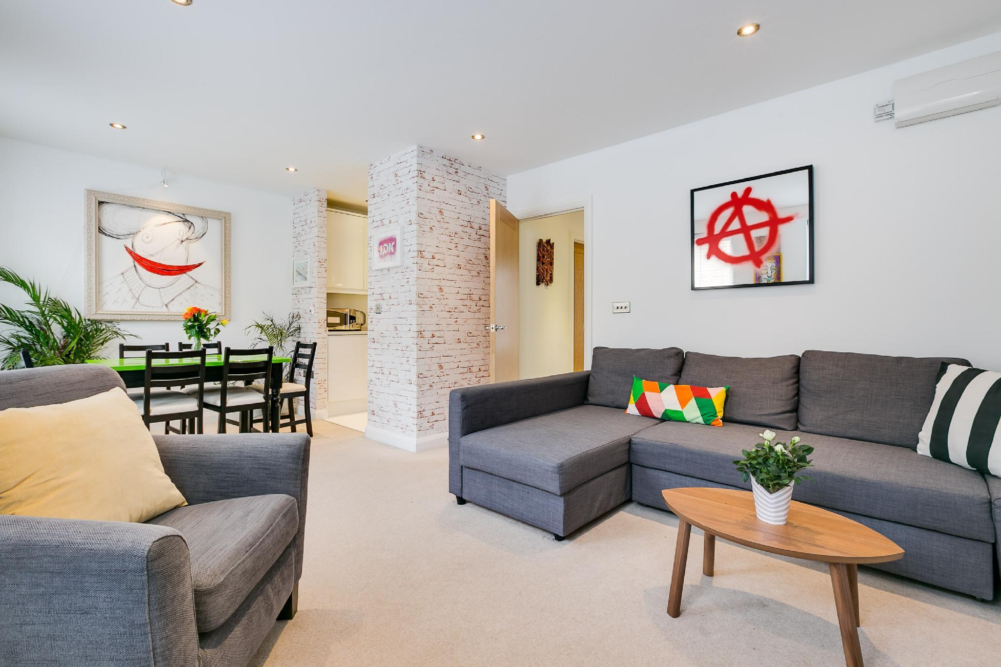 (h1) Bright, Funky, and Arty Shoreditch Apartment